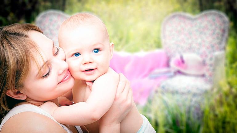 madre-con-su-bebé-en-brazos