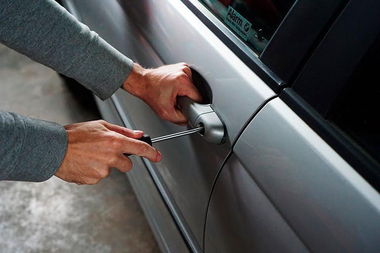 robando-un-coche